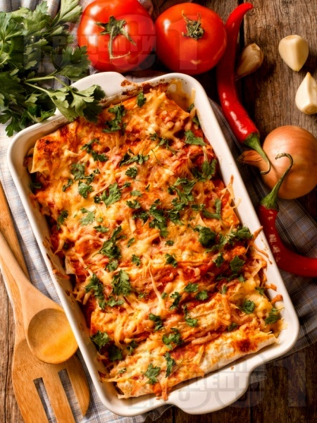 Енчиладас с тортили, пилешко месо, доматен сос, сметана и сирене чедър на фурна - снимка на рецептата
